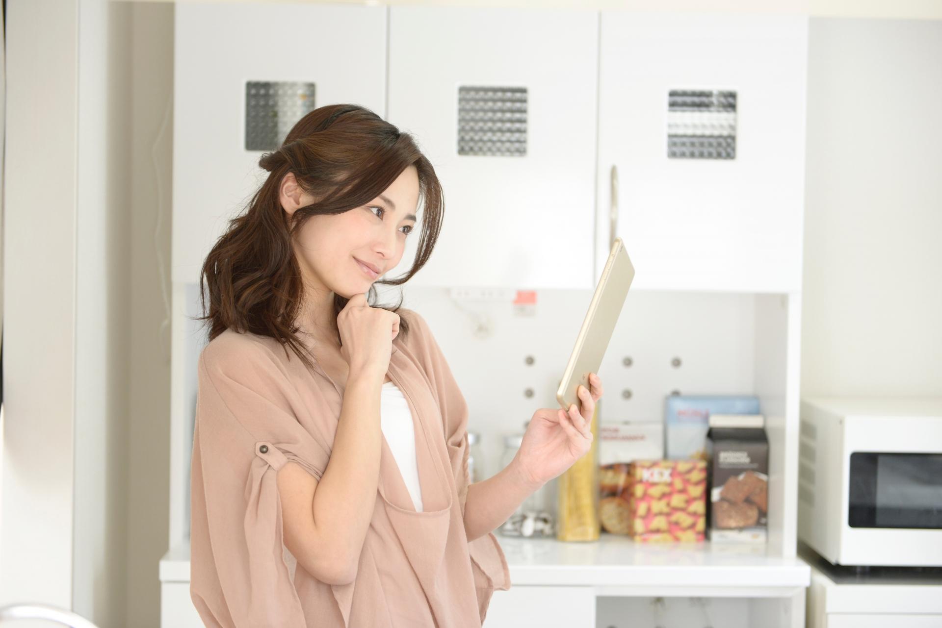 キッチンで掃除に使えそうな不用品ないかしら?と思っている女性
